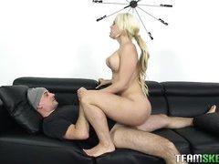 Отвязная блондинка с упругими сиськами скачет на моем члене