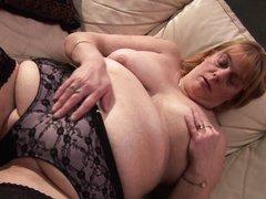 Старая толстая тетка в чулках ебет свою жирную пизду