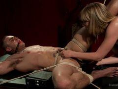 Госпожа Mona Wales мучает и ебет в жопу связанного раба