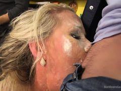 Парни обкончали зрелой маме все лицо