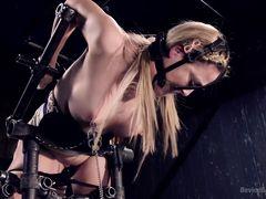 Горячая блондинка в грязном бондаже