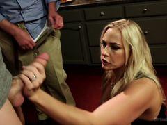 Знойная блондинка изменила мужу с двумя ебарями на кухне