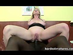 Огромный черный хуй вставил в жопу грудастой маме