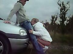 Шлюха в белой шубе сосет у водителя на дороге