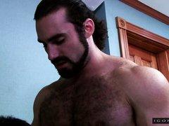 Молодой гей сосет у красивого волосатого папочки