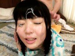 Кончил на лицо молодой девушке