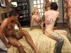 Горячие татуированные парни жестко дрючат опытную шлюху с огромными дойками
