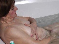 Похотливая старушка дрочит в ванне
