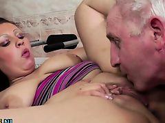 Старик лижет молодую толстую девушку с большими буферами