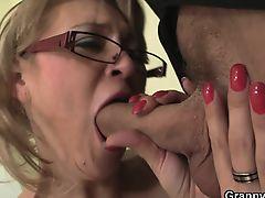 Старая секретарша в очках берет в рот у молодого босса