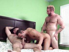 Мускулистые педики Luke, Aaron и Charlie сняли комнату и трахаются в групповухе