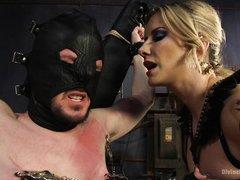 Опытная госпожа истязает зафиксированного раба в маске