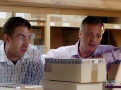 Двое трахают зрелую секретаршу в жопу в офисе