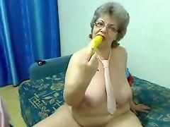 Толстая бабуля раздевается перед камерой