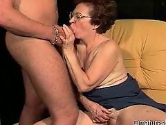 Крепкая старушка сосет у молодого человека