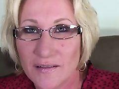 Стареющая мама в очках