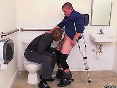 Черный гей отсасывает у белого парня на костылях вобщественном туалете