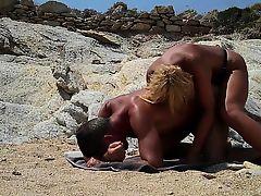 Девка трахнула парня большим  страпоном на пляже