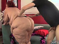Парень трахает жирную бабу с огромной жопой