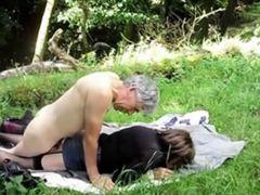 Трахнул мою зрелую жену на природе