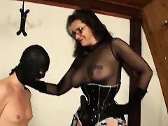 Зрелая мадам истязает парня с маске