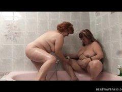 Толстые старые лесбиянки ебутся в ванне
