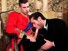 Принц дал отсосать дворецкому гею