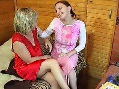 Русская телка трахается с лесбийской мамой