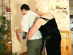 Жирная русская бабушка ебется с парнем