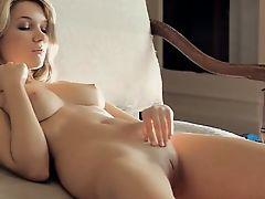 Привлекательная блондинка с натуральными сиськами