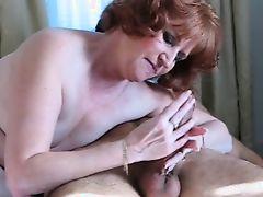 Горячая рыжая зрелая мамочка сосет и лижет