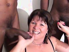 Британская зрелая самка, сосущет черные члены