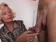 Итальянская бабуля наслаждается двумя членами