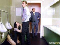 Секретраша сосет член в туалете тайком от босса