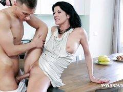 Мамочка Celine Noiret трахается с пареньком на кухонном столе