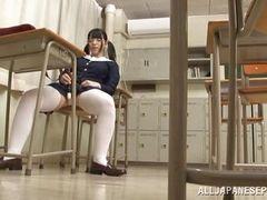 Студентка занимается мастурбацией в музыкальной комнате