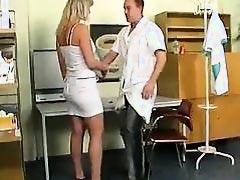 Доктор трахает ее киску влажной