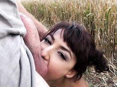 Озабоченная малышка сосет большой член в поле