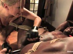 Белая госпожа трахнула страпоном связанного мускулистого черного раба