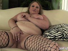 Толстая грудастая Sienna Hills ласкает свой жирный персик