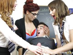 Училка подговорила двух студенток вместе трахнуть парня на столе