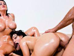 Жопастая брюнетка лижет грудастую пизду пока ее раком дрючат в задницу