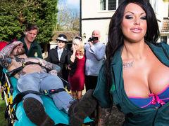 Сногшибательная Kerry Louise с огромными сиськами совратила парня