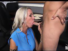 Главный врач трахает в рот очаровательного интерна Emma Starr в своем кабинете