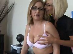 Зрелые лесбиянки ласкают друг друга