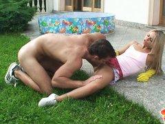Молодая блондинка дает полизать парню на заднем дворе дома и трахается с ним на траве