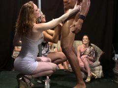 Телки сосут у мускулистого стриптизера на вечеринке