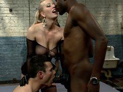 Блондинка изменила с негром и заставила мужа сосать у него