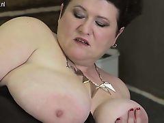 Толстая бабуля с массивными дынями ласкает свою жирную манду