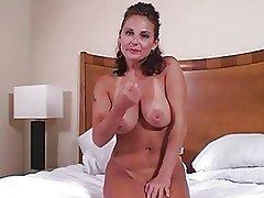Хорошая мама с большими дынями дрочит на кровати